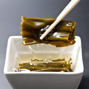 函館近海を代表する「がごめ昆布」は、栄養豊富な強い粘りが特徴。免疫力向上の効果がわかっているフコイダンは一般的な昆布の2倍以上と言われています。