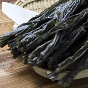 薄く柔らかい「早煮昆布」は、出汁をとっても調理しても美味しい昆布です。