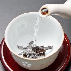 湯のみにお好みの量を入れてお湯を注ぐだけで、美味しい昆布茶の出来上がり。寝る前には体が温まります。